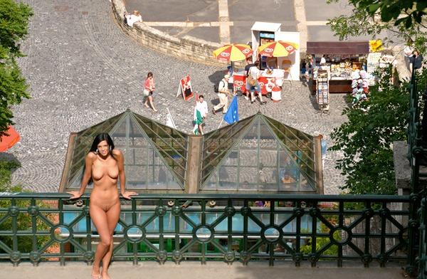 babe-nude-in-public