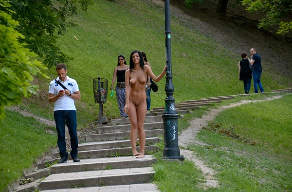 hot-babe-in-the-park-nude-in-public
