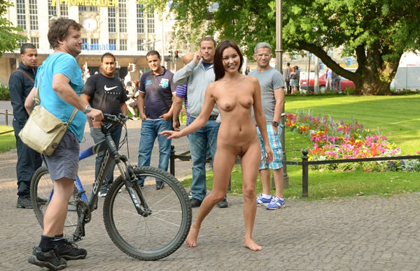 hot-babe-nude-in-public-exposing-her-curves