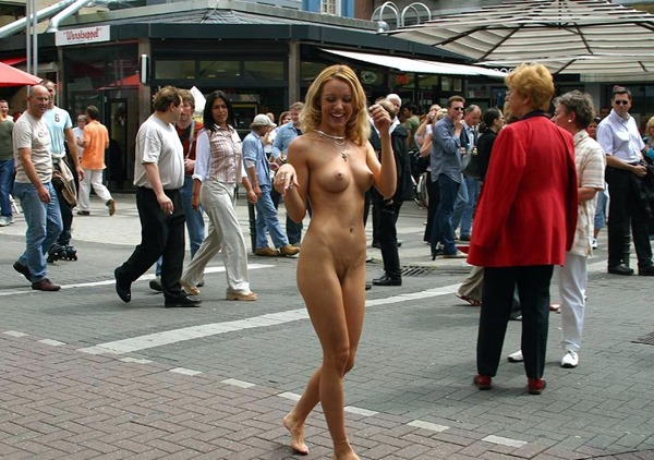 naughty-babe-nude-in-public