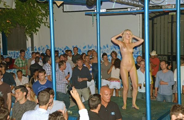 nude-in-public-hot-babe-in-a-club