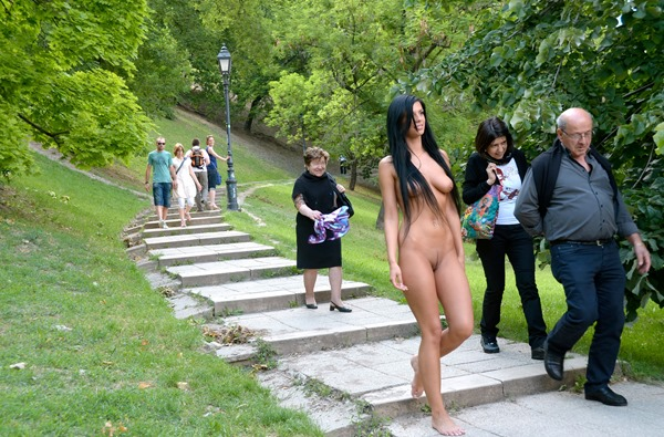 nude-in-public-in-the-park