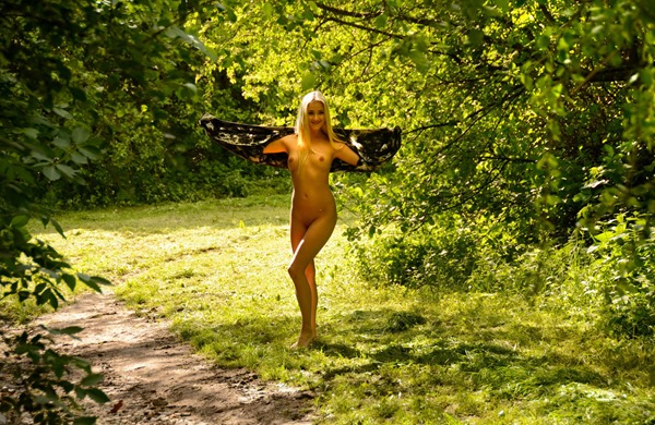 blonde-babe-nude-in-public-the-park