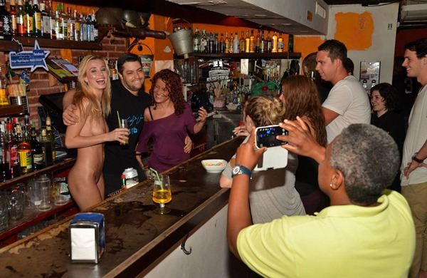 dominika-posing-nude-in-public
