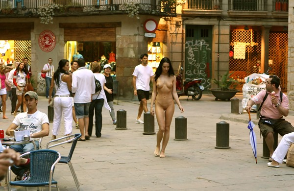gwen-walks-nude-in-public