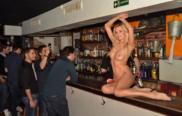 nude-in-public-dominika-at-the-bar