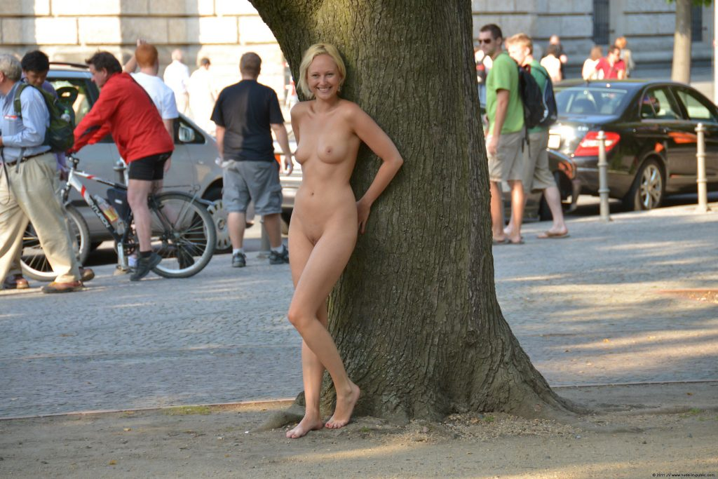 nude-chick-in-public